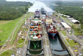 Navi portacontainer passano attraverso le chiuse del lago Gatun d67ea4d66c0c