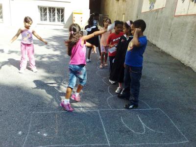 I bambini sperimentano giochi di altre culture