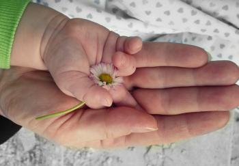 mani bambini fiori