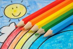 matite-dei-colori-del-rainbow-sull-illustrazione-del-bambino-14270279