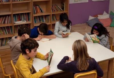 bambini lettura biblioteca cerchio