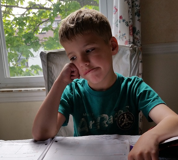 compiti a casa legere scrivere bambino