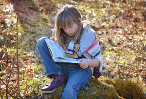 bambina lettura natura libro