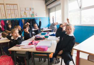 bambini classe primaria alzata mano