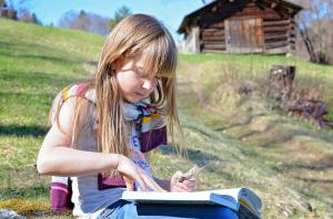 bambina leggere libri natura