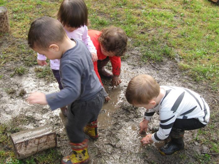 nido bambini gruppo aperto giardino nel fango