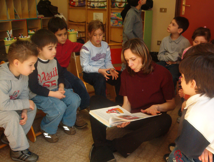 antonella santi in biblioteca scuola infanzia letture bambini gruppo