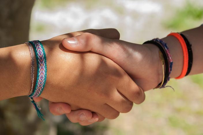 adolescenti ragazzi intercultura mani gruppo