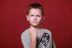 bambino arrabbiato pugno aggressivo