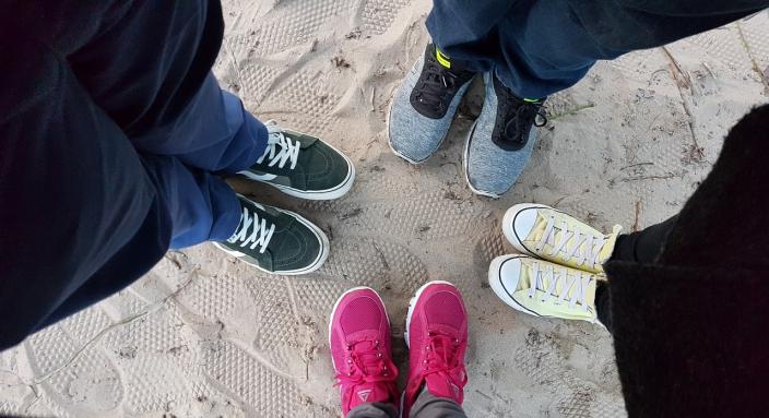 gruppo bambini ragazzi cerchio scarpe