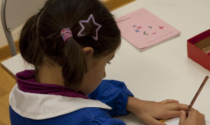 bambina primaria scrivere