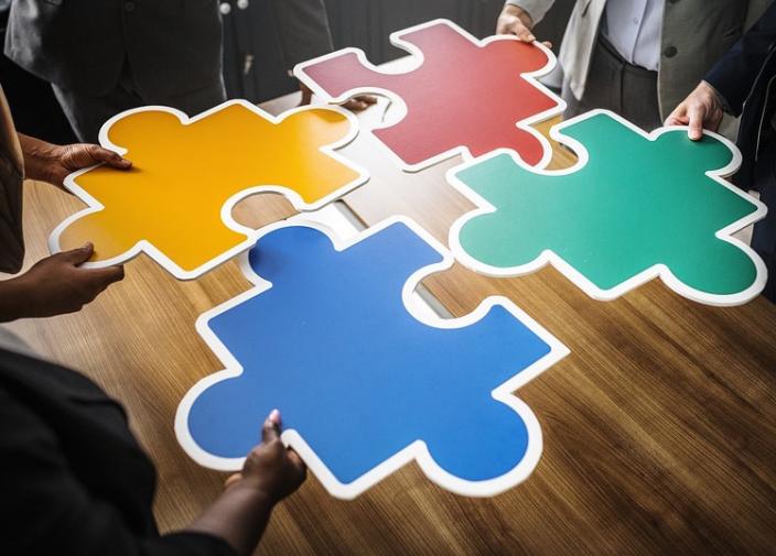 puzzle colloquio collaborazione gruppo adulti