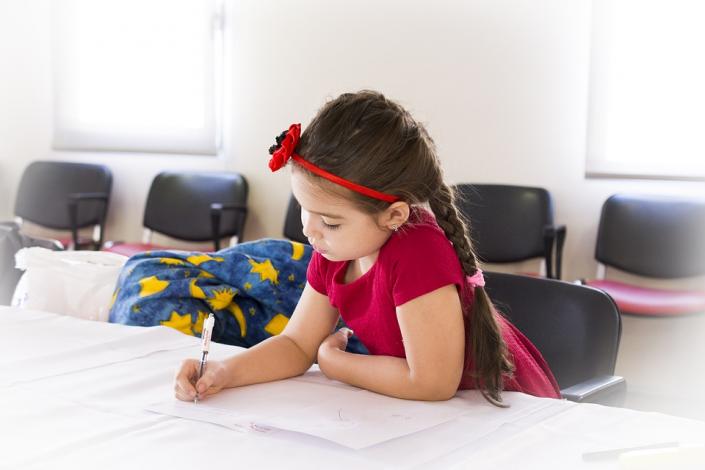 bambina scrivere banco quaderno primaria