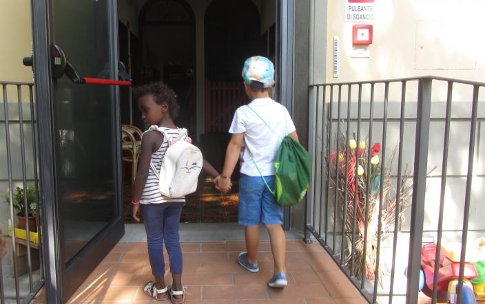 ingresso scuola infanzia gruppo bambini