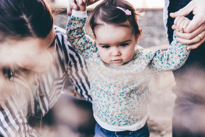 bambina genitori stranieri famiglia multuculturale