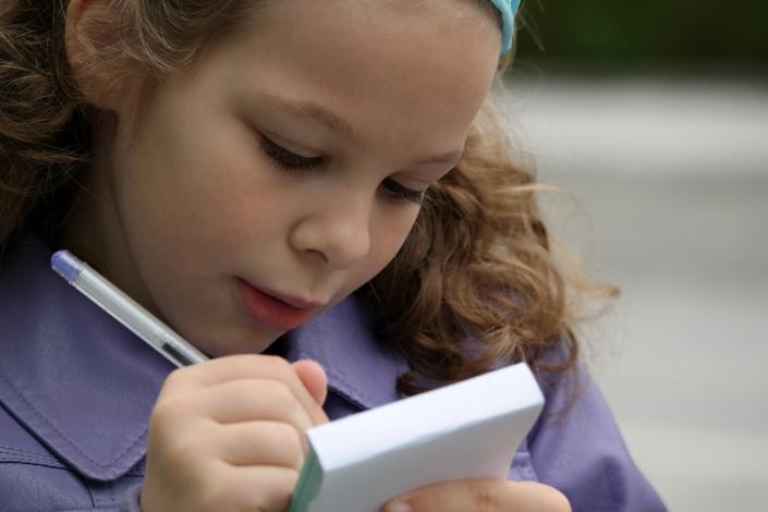 bambina scrivere l2 ragazza