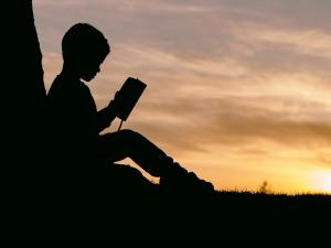 bambino lettura tramonto