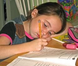bambina fa i compiti a casa