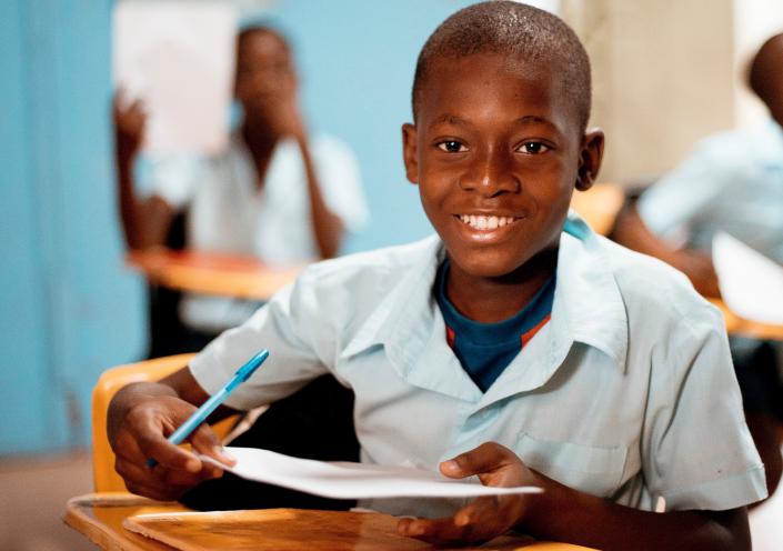 bambino di colore a scuola felice
