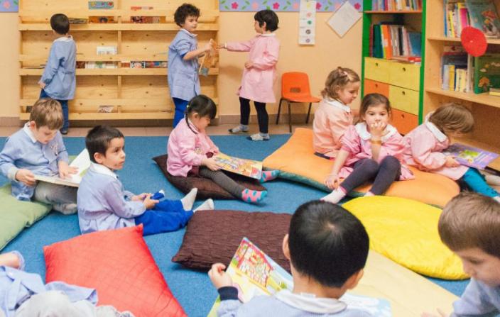 gruppo bambini infanzia lettura