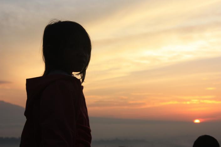 bambina e tramonto