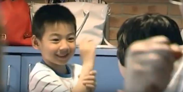bambini cinesi che giocano a morra cinese