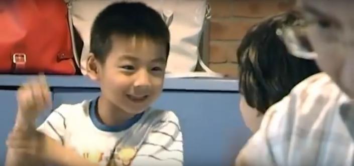 bambini cinesi che giocano a morra cinese 02