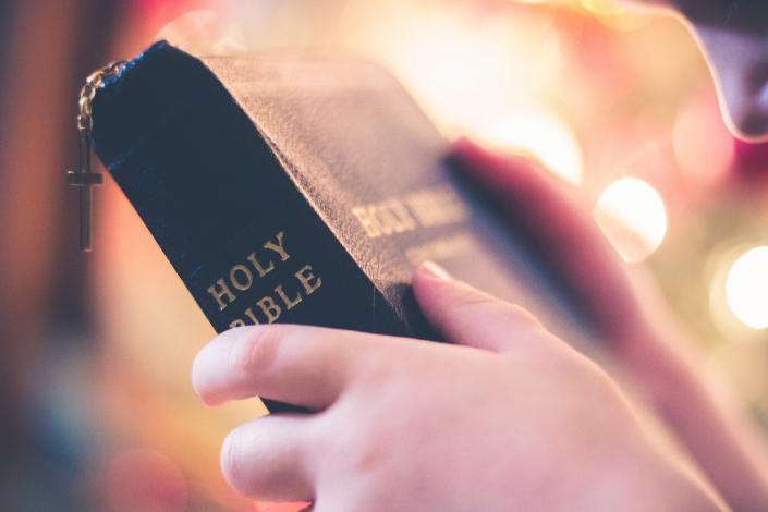 bibbia con croce