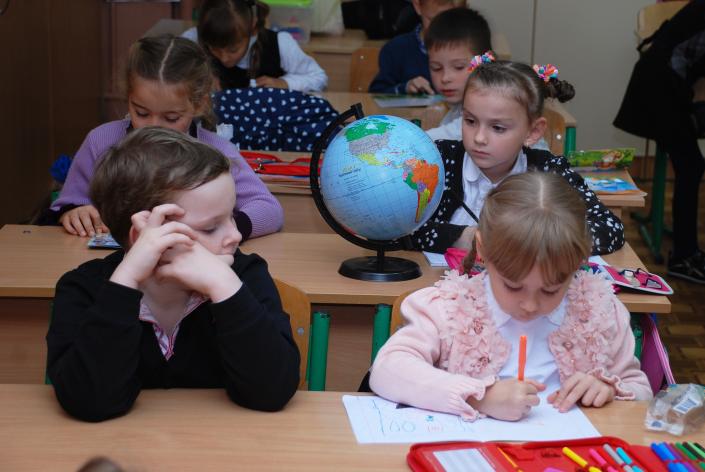 bambini lezione in classe multiculturale