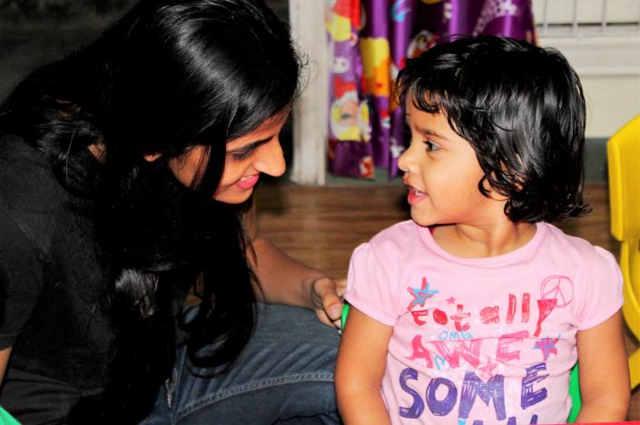 bambina con maestra alla scuola dell infanzia