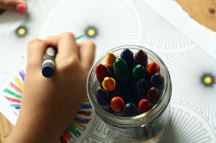bambino disegna matite colorate