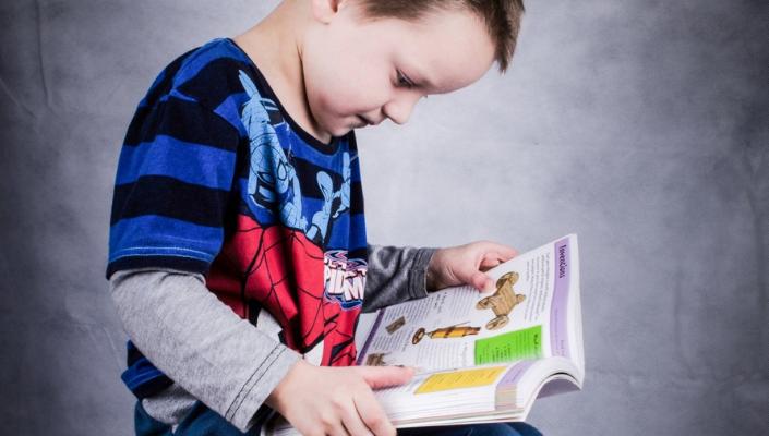 Bambino mentre legge un libro