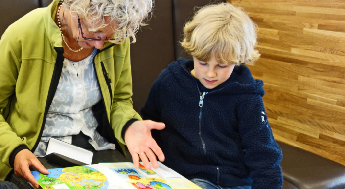 adulto legge a bambino