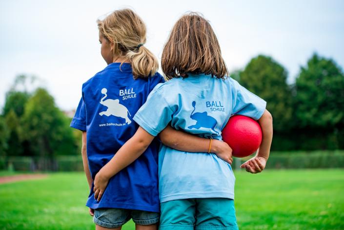 bambine giocano a palla