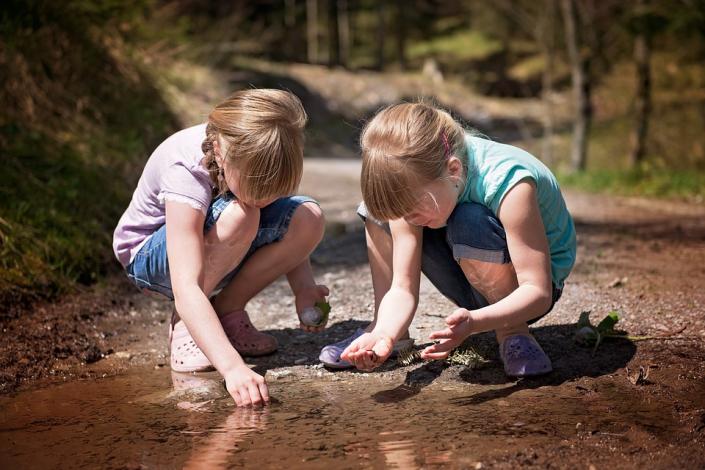 Bambini acqua esplorare