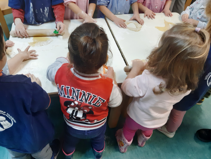 gruppo bambini tavolo pasta cura Dondoli