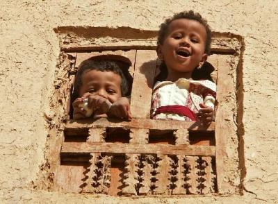 Bambini che giocano, dalla finestra