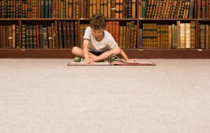 bambino-che-legge-in-biblioteca.jpg