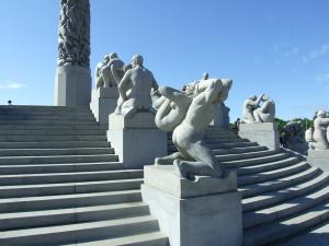 Gustav Vigeland, il ciclo della vita al Frogner Paerk di Oslo: la processualità dell'esistenza umana è parallela alla processualità dei percorsi scolastici ed educativi. - fonte immagine: wikimedia