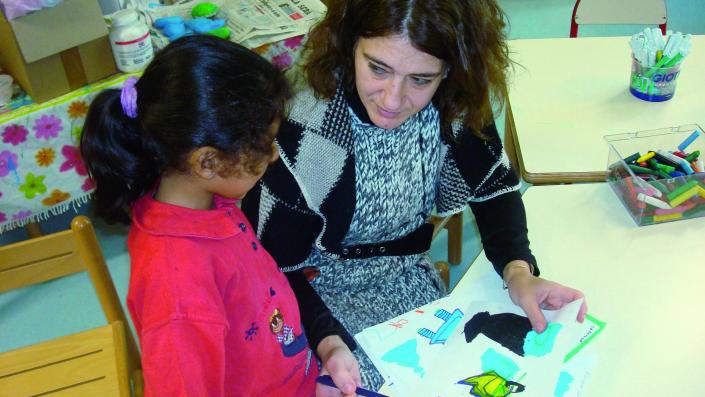 Insegnante e bambina in dialogo