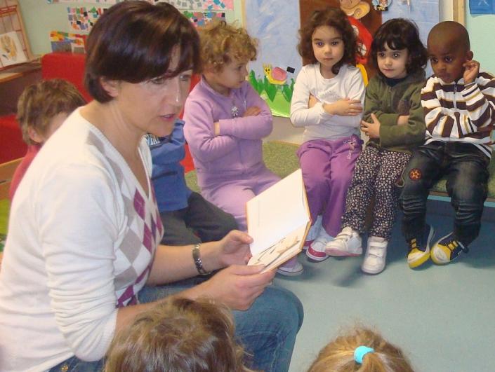 La maestra legge e dialoga con i bambini